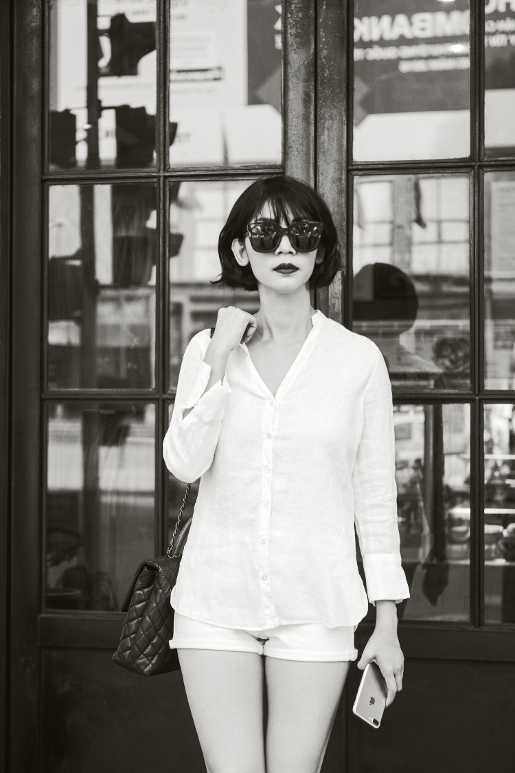 Trong bộ ảnh street style mới nhất, Xuân Lan đem đến hình tượng một người phụ nữ độc lập, cá tính cùng những item đơn giản nhưng cực chất.