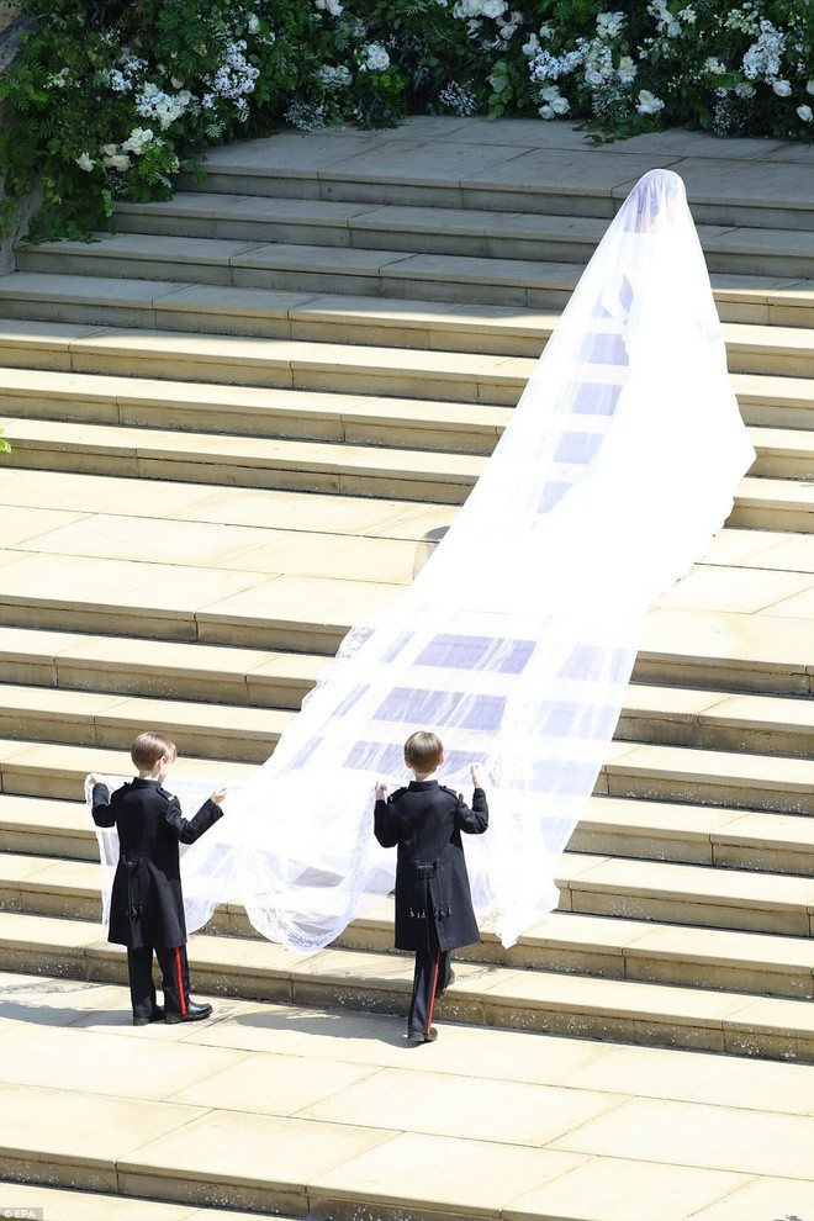 Phần khăn voan dài đến 5m, cùng với đó là chi tiết trang trí 53 bông hoa được thêu hoàn toàn bằng tay. 53 bông hoa cũng là đại diện cho 53 vùng quốc gia và lãnh thổ trong Khối thịnh vượng chung Anh.