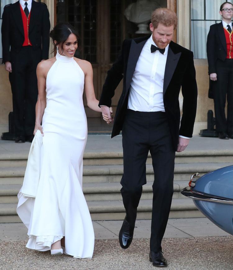 Mẫu váy cưới thứ 2 của Meghan Markle cũng được làm bằng chất liệu lụa cao cấp. Thiết kế cổ yếm, phần thân dưới đuôi cá giúp tôn lên bờ vai thanh mảnh và vóc dáng uyển chuyển, nữ tính của cô.