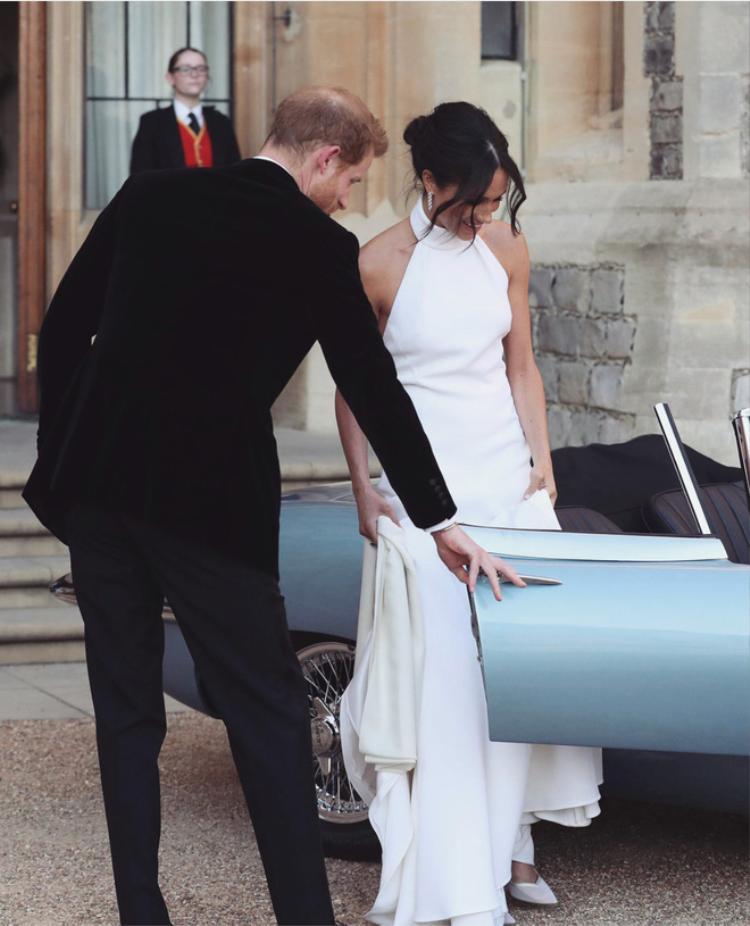 Thiết kế này cũng được đánh giá cao, mang sự kết hợp giữa cổ điển và hiện đại. Váy vừa thể hiện sự phóng khoáng đúng chất Mỹ, lại vừa có nét thanh lịch của Hoàng gia Anh.