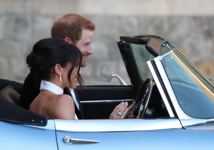 Bên cạnh đó, Meghan Markle còn gây ấn tượng khi đeo chiếc nhẫn kim cương màu xanh ngọc mà Công nương Diana quá cố từng đeo. Và đôi khuyên tai Catier mà cô chọn cũng có mức giá đắt đỏ tới hơn 1,5 tỷ đồng.
