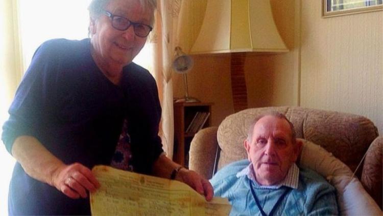 Hai cụ Louie và Derek Edyvea hạnh phúc khi tìm thấy bức thư thất lạc. Ảnh: BBC