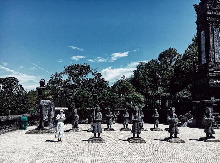 Hóa ra vẫn có người đứng chịu nắng cùng các bức tượng. Ảnh: Nguyễn Vân.