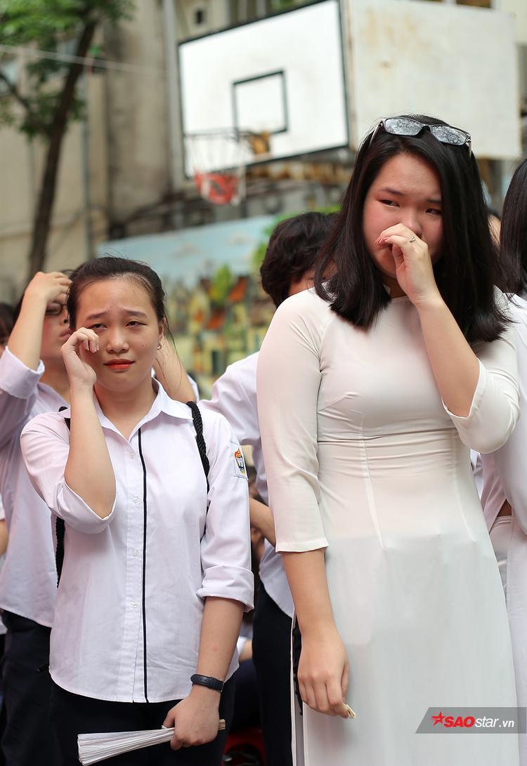 Những cô cậu học trò hàng ngày quậy phá, nghịch ngợm, nay cũng trầm lắng, xúc động khi lắng nghe những chia sẻ của cô Hiệu trưởng.