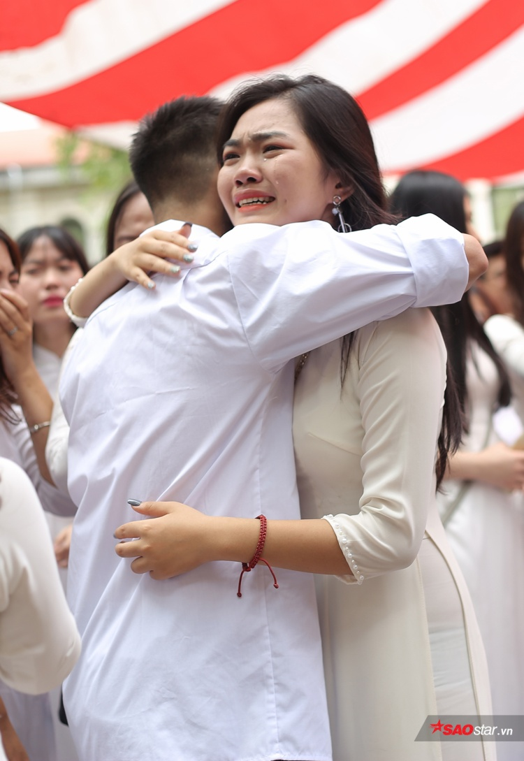 Bạn Hoa khôi ban nãy còn rất tươi tỉnh, vậy mà giờ cũng đã khóc, gương mặt lã chã đầy nước mắt.