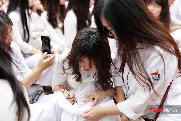 Nhiều bạn chọn cách xin lưu bút trên chiếc áo đồng phục.