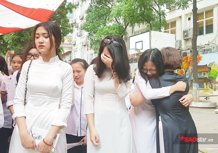 Vừa mới vui vẻ, chụp ảnh check-in lễ bế giảng chưa được bao lâu. Đến khi thầy cô tuyên bố kết thúc lễ bế giảng, các bạn nữ sinh đã lũ lượt ôm nhau khóc nức nở.