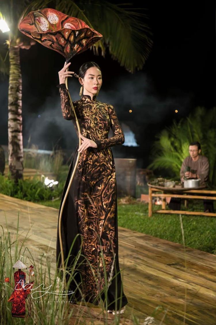 Vóc dáng đẹp cùng thần thái chuẩn khiến cô được chọn trình diễn trong show áo dài của NTK Đinh Văn Thơ, được diễn tại Hội An hồi tháng 12 năm ngoái.