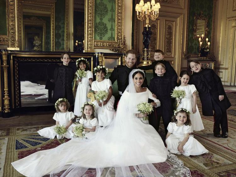 Tân lang tân nương chụp ảnh chung với các phù dâu, phù rể nhí, trong đó có cả hai cháu ruột của Harry - Hoàng tử George và Công chúa Charlotte.