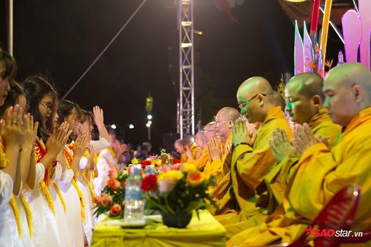 Gần 30 nữ sinh đã được lựa chọn để thực hiện nghi thức dâng hoa - nghi thức quan trọng của buổi lễ.