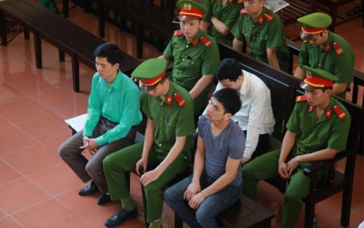 Các bị cáo tại phiên xét xử sáng 22/5.
