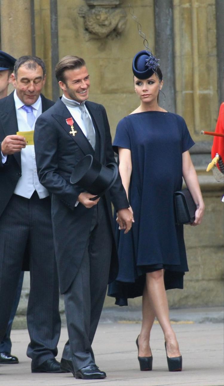 Hình ảnh cặp đôi tay trong tay từ đám cưới trước, của William và Kate.