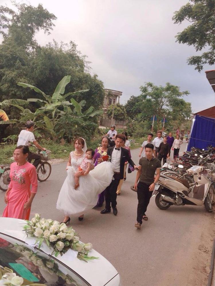 Cô dâu cho con bú trên xe hoa  Bức ảnh khiến ai cũng thấy rưng rưng xúc động lại có bí mật hậu trường thế này