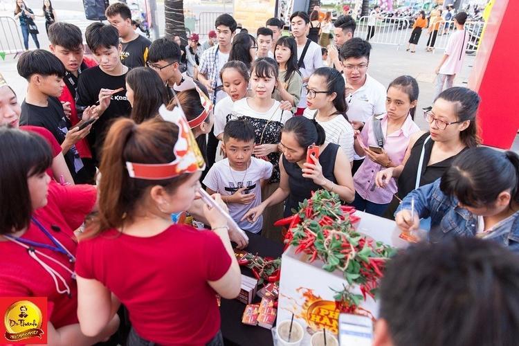 """Khán giả Đà Nẵng chen chúc check in tại Lễ hội """"Phố hàng nóng""""."""