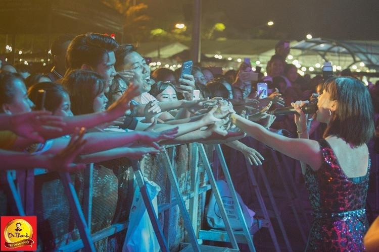 Min trong vòng tay chào đón của hàng ngàn bạn trẻ hâm mộ Đà Nẵng khi cô mở màn chương trình bằng ca khúc Yêu được làm mới theo phong cách EDM khiến sân khấu nổ tung và ngay sau đó là 2 bản hit Hôn anh và Có em chờ.
