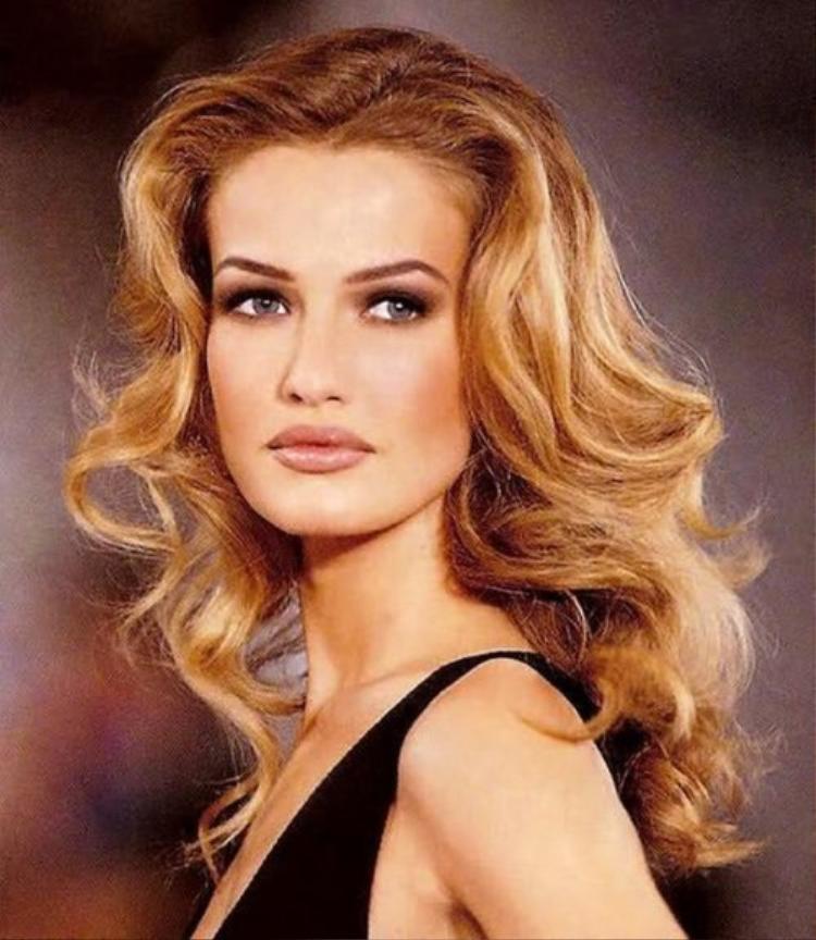 Mặc dù sự nghiệp của siêu mẫu Karen Mulder lên như diều gặp gió. Vào năm 1995, cô xuất hiện trên bìa Cosmo nhưng đời tư thì ngược lại, ngày càng xuống dốc. Vànụ cười dần biến mất trên gương mặt nàng siêu mẫu.