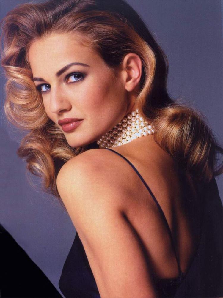 Karen Mulder sinh năm 1970 tại Vlaardingen (Hà Lan) trong một gia đình bình thường: cha làm viên chức, mẹ làm thư ký văn phòng. Cơ duyên đến với nghề người mẫu của cô đến vào năm 1987, khi đó Karen tròn 17 tuổi.
