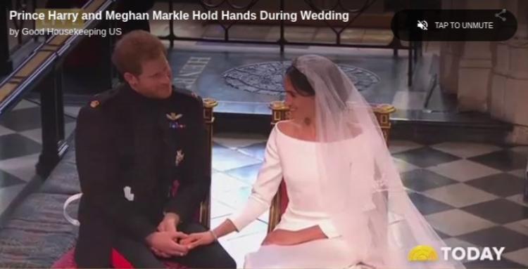"""Khoảnh khắc cặp đôi trao nhau ánh mắt trìu mến khi bài hát """"Stand by me"""" cất lên. Ảnh cắt từ clip"""