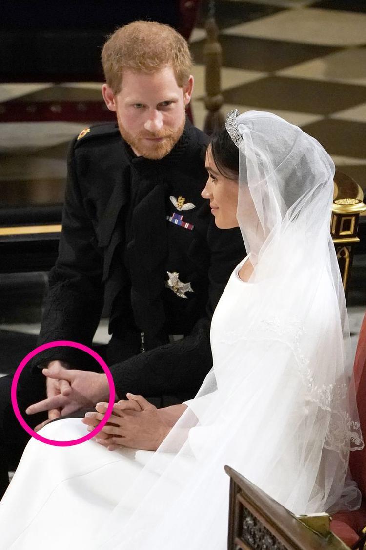 Cử chỉ tay cho thấy Hoàng tử đang nén giữ cảm xúc xúc động. Ảnh: Getty