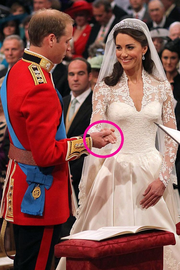 Hoàng tử William và Công nương Kate chỉ nắm một tay nhau. Ảnh: Getty