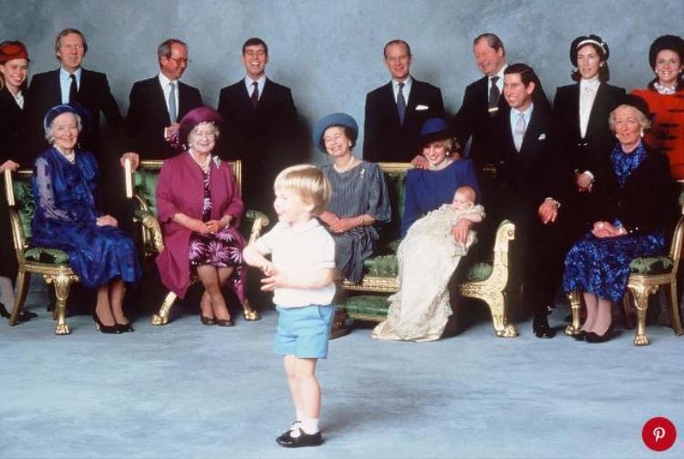 Công nương Diana bế con trai út.
