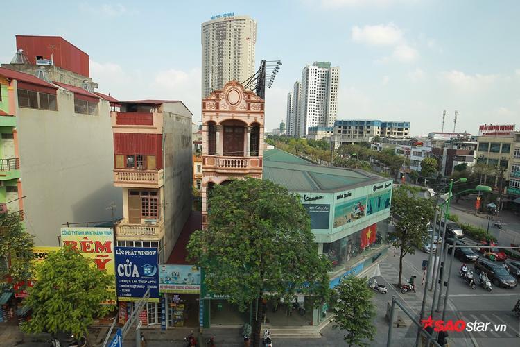 Kiến trúc của thành phố hiện lên trong tầm mắt của hành khách trên tàu.