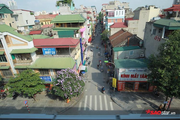 Từ tuyến đường sắt trên cao, hành khách có thể nhìn sang vô vàn ngã rẽ từ trục đường Hà Đông - Cát Linh.