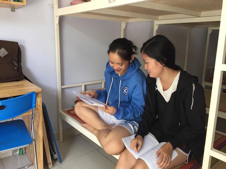 Các bạn sinh viên nữ tại phòng KTX.