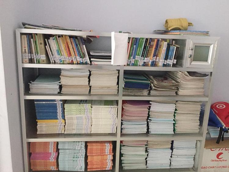 Tủ sách miễn phí với nhiều loại sách chuyên sâu, các bạn sinh tại KTX có thể đến phòng đọc và sử dụng.