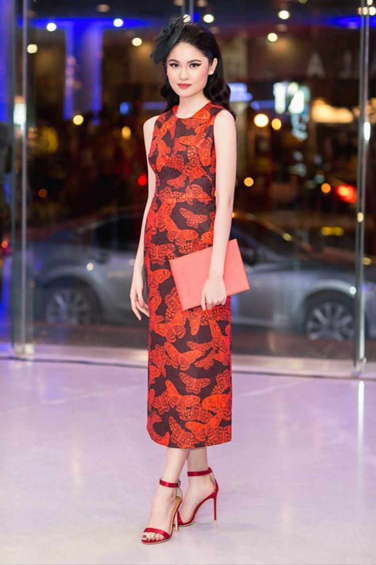 Tổng thể các gam màu nóng trong trang phục này được Thùy Dung phối hợp chưa thực sự ăn ý.