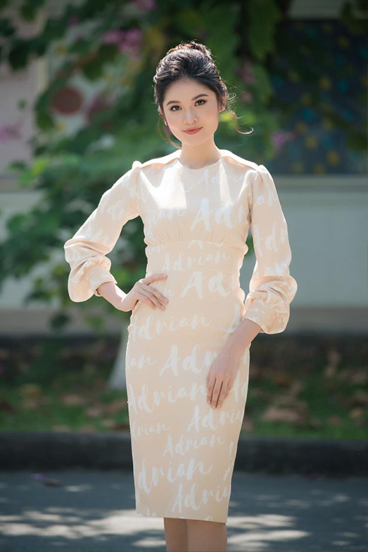 Nếu cần diện những bộ đồ kín đáo hơn thì kiểu váy này chính là điềuThùy Dung cần, trang nhã lịch sự không quá rườm rà.