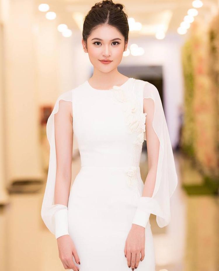 Rồi Thùy Dung chọn một chiếc váy trắng đẹp tinh khôi, nhưng không quên kèm theo phần tay rườm rà không biết để làm gì kia.