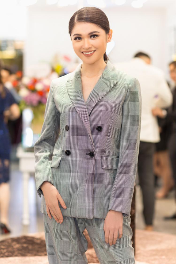 Thử sức với menswear nhưng Thùy Dung đã nhanh chóng thất bại bởi bộ vest quá rộng với vóc dáng thanh mảnh của cô.