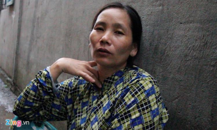 Bà Bùi Thị Nga kể lại sự việc khi phát hiện sạt lở. Ảnh: M.A.
