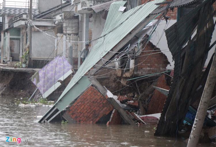 Vụ sạt lở khiến 5 căn nhà sụp hoàn toàn xuống sông, ảnh hưởng đến hàng chục căn nhà lân cận. Ảnh: M.A.