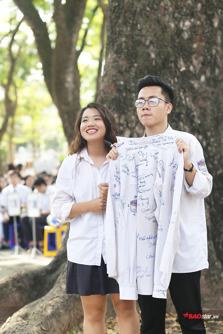 Các bạn học sinh cuối cấp không giấu nổi sự tự hào khi khoác lên mình màu áo trường THPT Chu Văn An