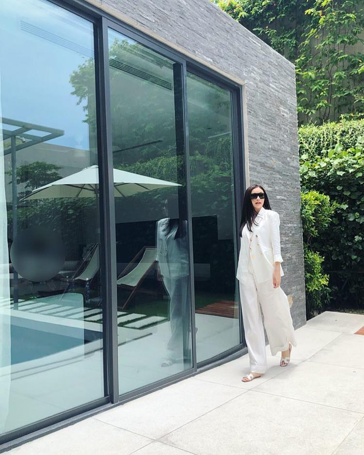 Giống với cô em Hà Lade, hoa hậu Lam Cúc cũng nhanh chóng tậu cho mình một đôi dép Hermès trắng, mix cùng cây vest đồng điệu.