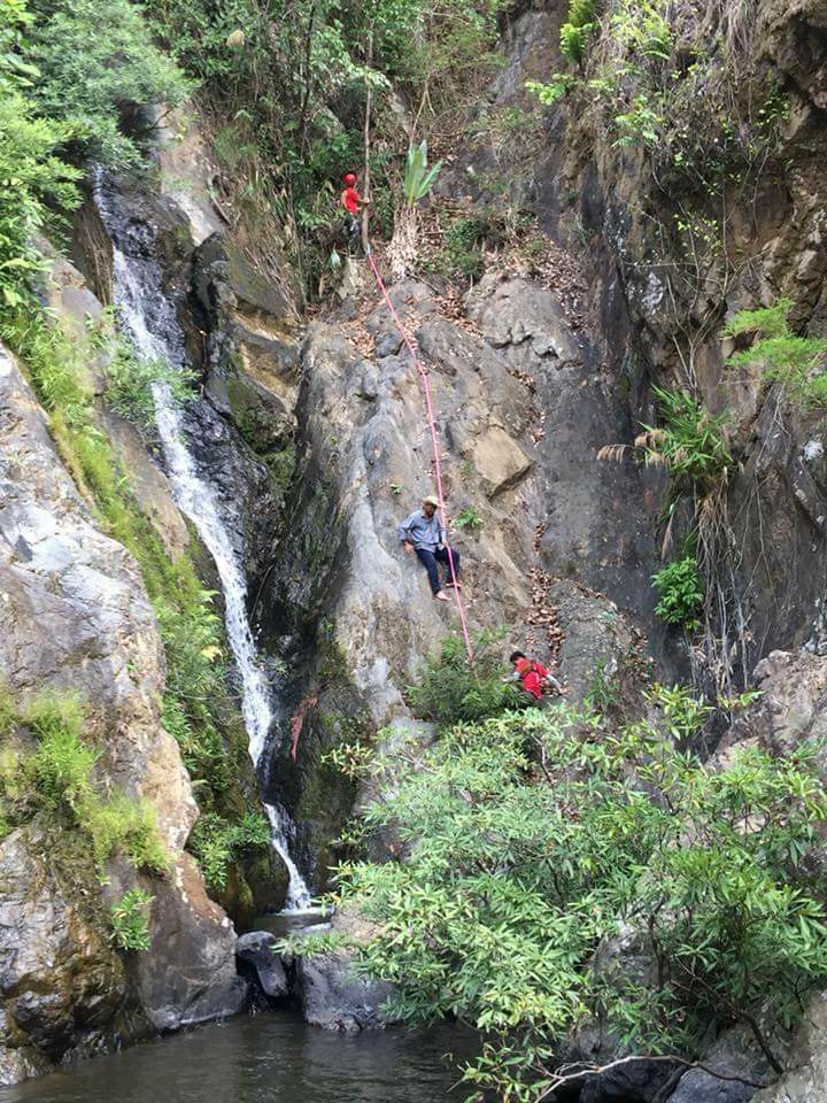 Thác Lao Phào (cung Tà Năng - Phan Dũng) với núi đá dựng đứng gồm 7 tầng là nơi nam phượt thủ tử nạn.