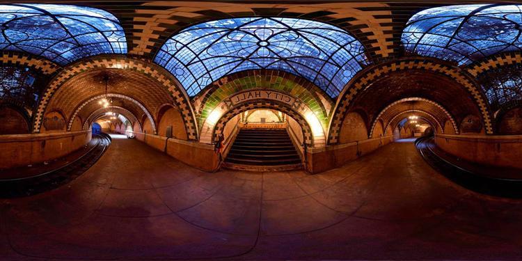 """Ga tàu điện ngầm City Hall, New York, Mỹ tọa lạc bên dưới tòa thị chính New York mở cửa vào 1904 và dừng hoạt động từ năm 1945 vì lý do an toàn và an ninh. Với một sân ga cong đặc biệt, City Hall hiện chỉ được sử dụng để tàu số 6 quay đầu khi đổi chuyến ở nhà gaBrooklyn Bridge gần đó. City Hall được mệnh danh là """"viên ngọc bị lãng quên"""" của thành phố New York."""