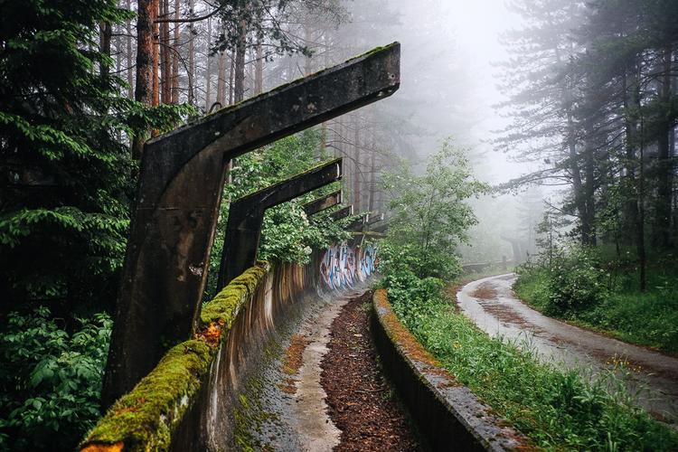 Đường đua xe trượt tuyết Thế Vận Hội 1984 Bosnia và Herzegovina được xây dựng trên núi Trebevic, gần thủ đô Sarajevo của Bosnia và Herzegovina. Nó đã bị hư hại, bỏ hoang và chìm vào quên lãng. Hầu hết các công trình cho Thế vận hội mùa đông 1984 đã thành đống đổ nát vì bị bỏ mặc cũng như do chiến tranh. Hiện tại, địa điểm này chỉ phục vụ cho khách du lịch ghé thăm.