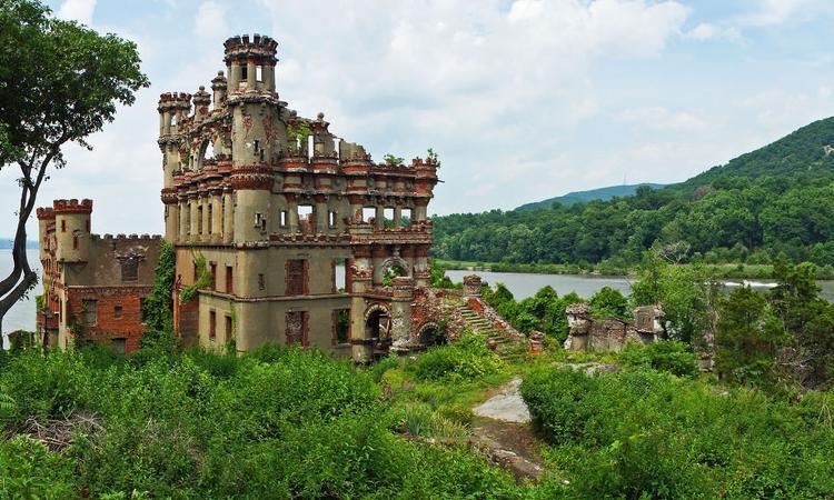 Lâu đài Bannerman, New York, Mỹ nằm ở trên sông Hudson. Francis Bannerman VI, chủ sở hữu một công ty cung cấp trang thiết bị quân đội Scotland, xây dựng nên tòa lâu đài mang tên mình vào năm 1901 để cất trữ súng, đại bác, đạn dược và các vật dụng khác của công ty ông. Lâu đài này bị tàn phá sau vụ cháy khủng khiếp vào năm 1969 và ngày nay, Bannerman trở thành một địa điểm tham quan du lịch hấp dẫn. Du khách có thể đến lâu đài bằng thuyền du lịch hoặc thuyền kayak.