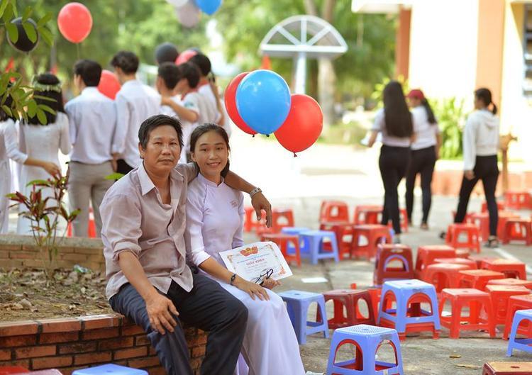 Hai bố con chụp ảnh lưu niệm tại trường.