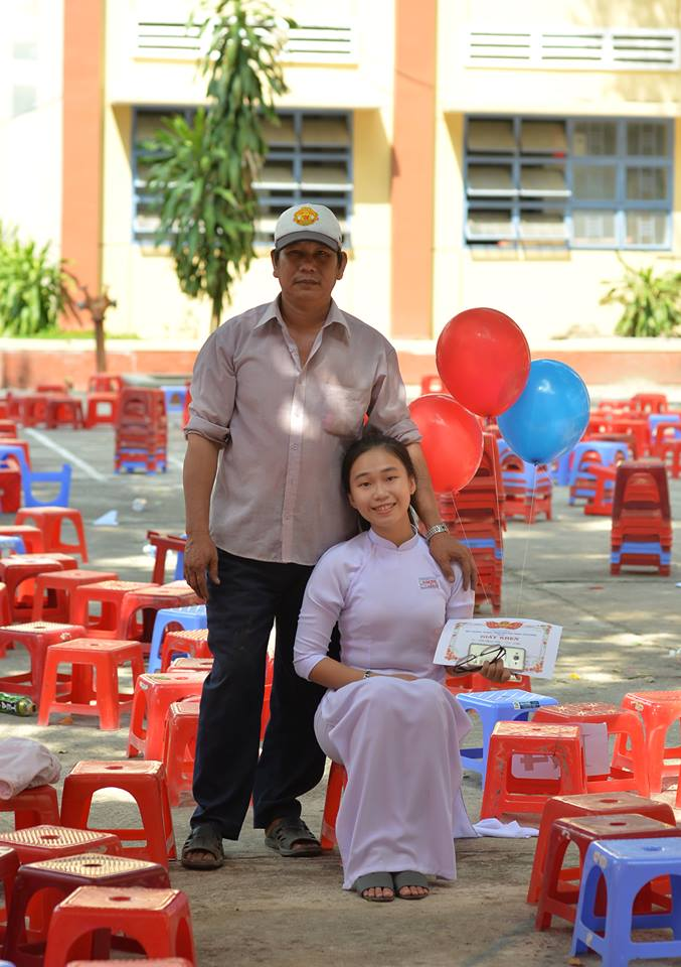 Trên tay cô gái vẫn cầm bằng khen mới nhận minh chứng cho nỗ lực học tập trong 1 năm vừa qua.