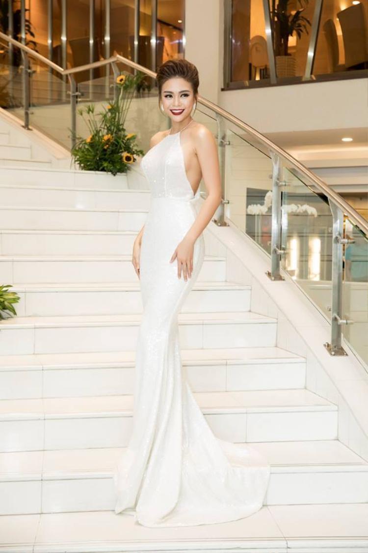 Cô chọn bộ đầm dạ hội kiểu cổ yếm, phô diễn đường cong với ba vòng chuẩn mực. Thiết kế đuôi cá lấp lánh cũng đem tới cho nữ người mẫu nét sang trọng, yêu kiều.
