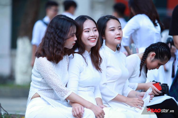 Nữ sinh xinh đẹp nổi bật, duyên dáng trong tà áo dài trắng tinh khôi.