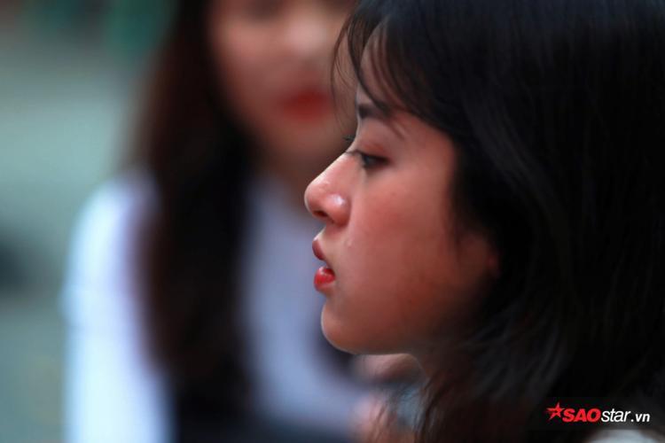 Những giọt nước mắt bịn rịn ngày chia ly của cô bạn nhanh chóng lọt vào ống kính của nhiều người.