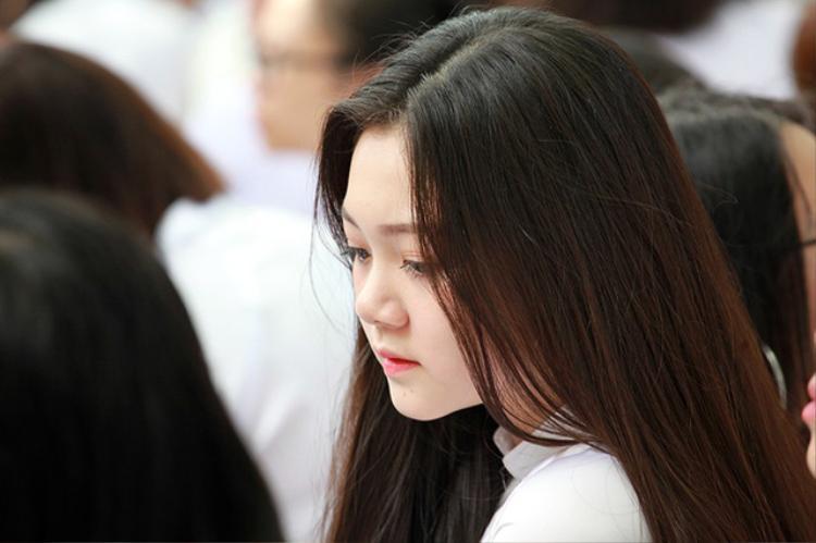 Nữ sinh Trần Thùy Dương, lớp 12A5 của trường cũng khiến nhiều người ngẩn ngơ. Ảnh: Dân Trí.