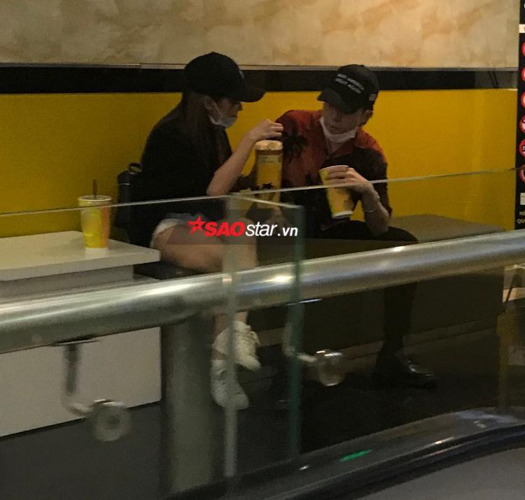 Sau khi đến quầy vé, cả hai đến ngồi ở một góc vắng người.