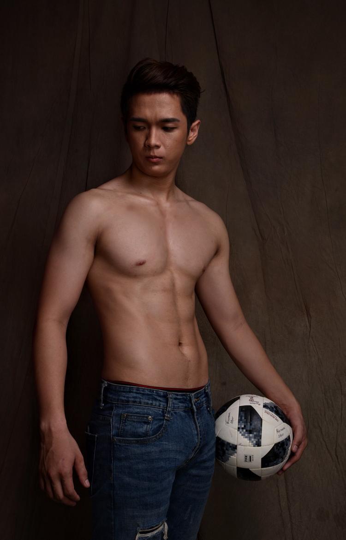 Từ bỏ bóng đá để đến với thời trang, Duy Phong chia sẻ, thời gian đầu lên thành phố, anh gặp không ít khó khăn. Anh chàng từng phải xin đăng kí học thiếu một lớp đào tạo người mẫu, để có được những kiến thức đầu tiên trong nghề.