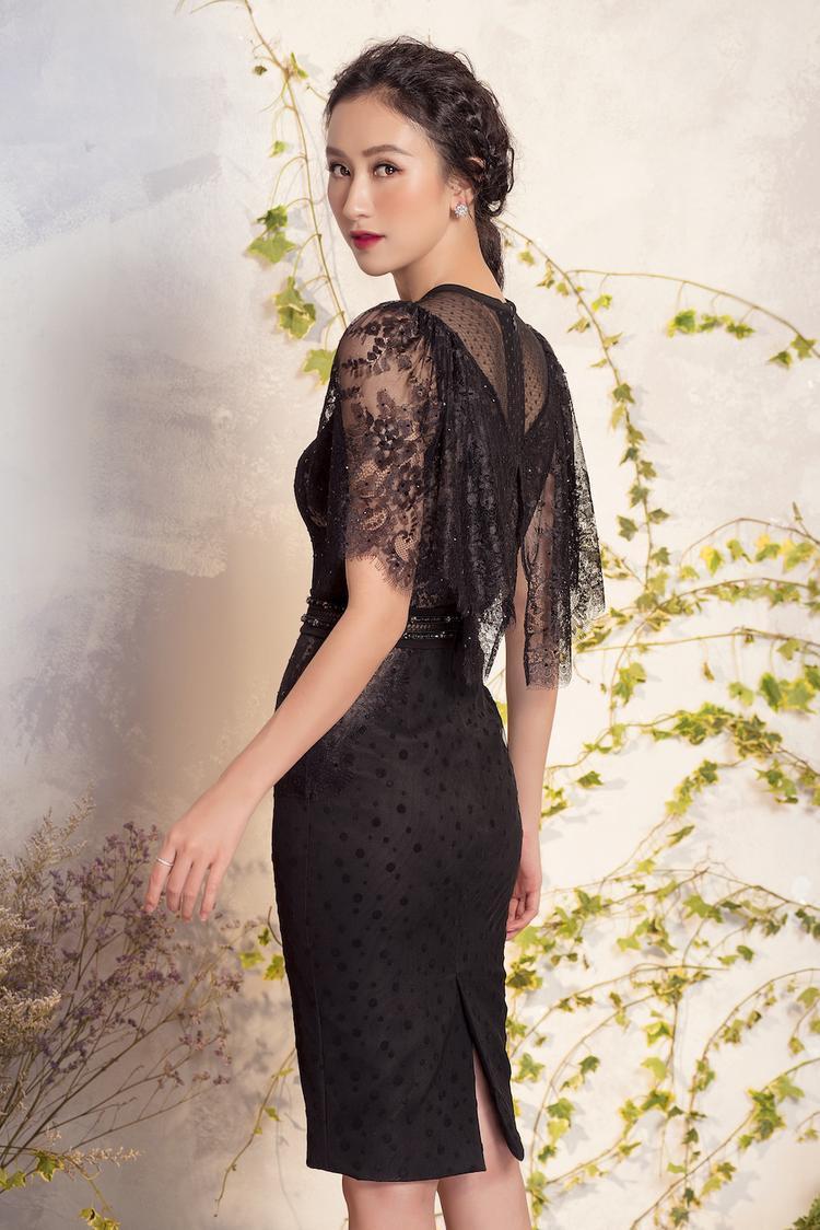 Những chiếc váy được cắt xẻ khéo léo ở phần cổ và cách điệu ở tay áo giúp người mặc vừa sang trọng nhưng không kém phần gợi cảm, khoe đường cong ba vòng.